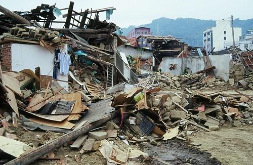 地震で崩れた家
