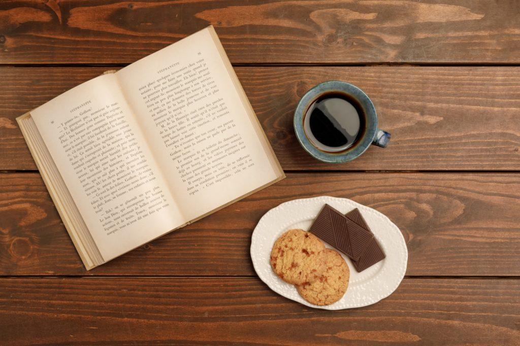 本とコーヒーとお菓子